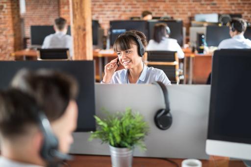 Mensen aan het werk in gedeelde kantoor ruimte